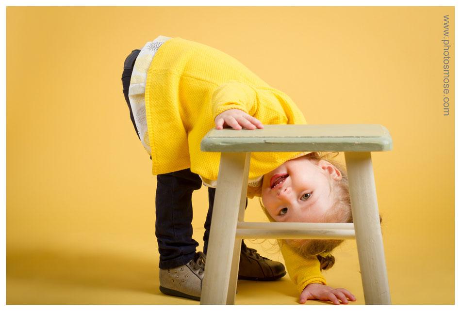 Photos d'enfant sur fond jaune chez Phot'Osmose - Moulins