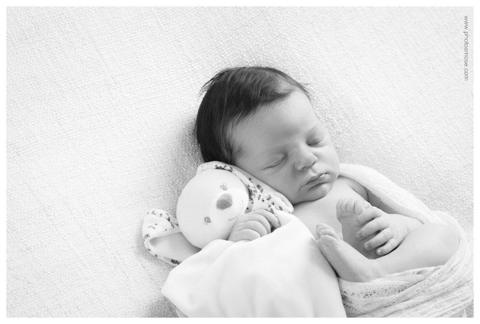 Photo nourrisson avec doudou lapin en noir et blanc Phot'Osmose Moulins