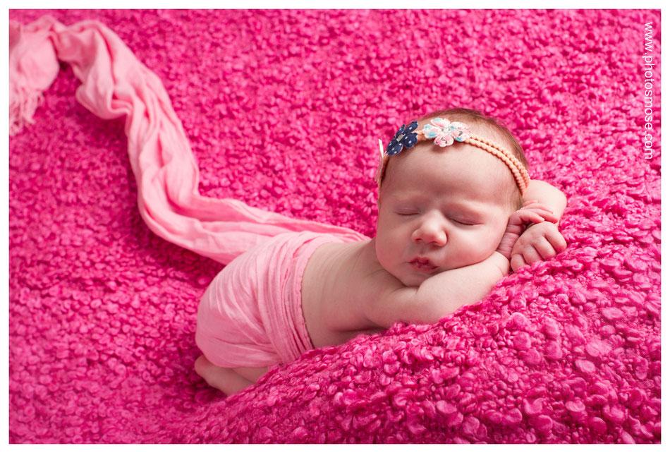 Bébé en rose avec bandeau chez Phot'Osmose Studio Nouveau Nés Moulins