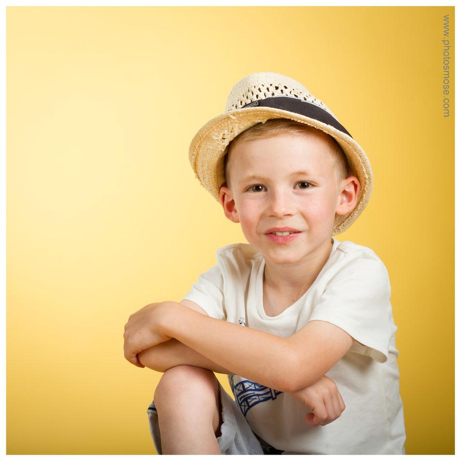 Portrait d'enfant avec chapeau chez Phot'Osmose - Moulins