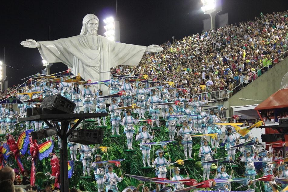 "Samba School ""Grande Rio"" during the carnival parade 2016, (c) Uwezinho"
