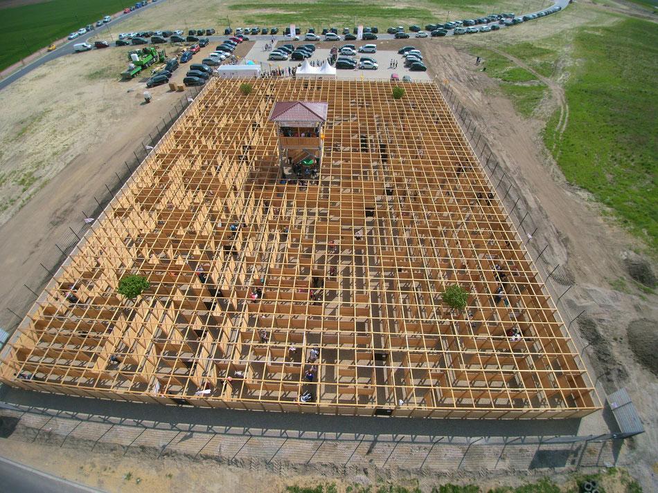 Das 2800m² große, wandelbare Labyrinth, ein Irrgarten, bestehend aus einem Holzstecksystem, welches jederzeit umgesteckt werden kann.