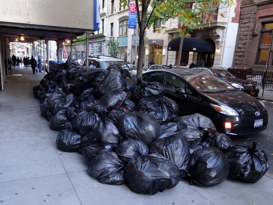 New York, Hausmüll eines Tages von einem Wohnblock
