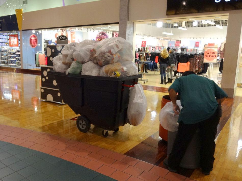Müll eines Food-Court (Shopping-Mall/Baltimore), innerhalb einer Stunde