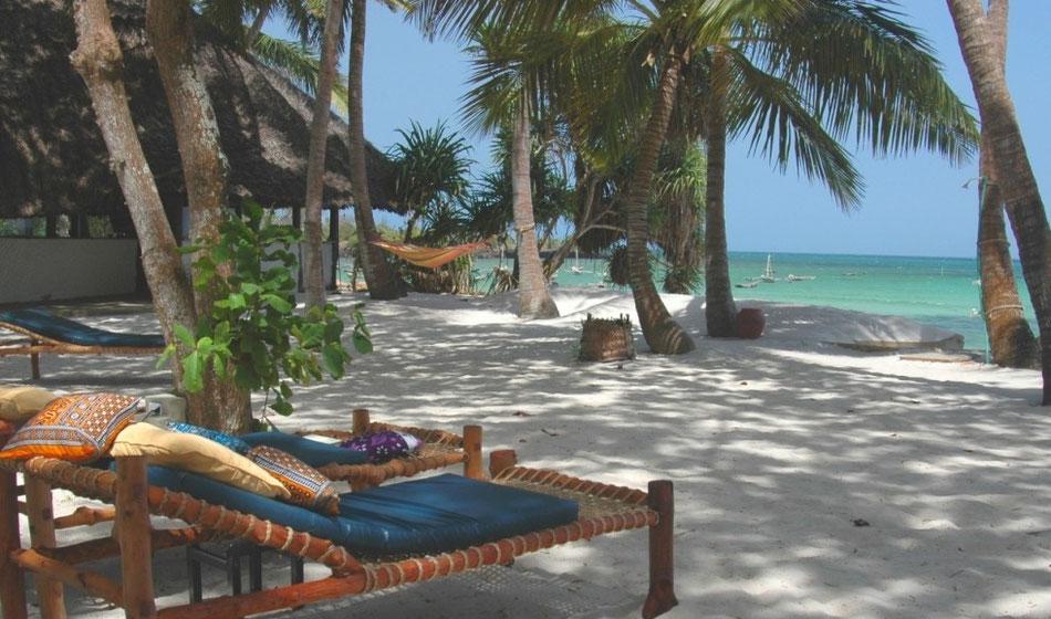 Das Restaurant und die Sonnenliegen stehen direkt am Strand.