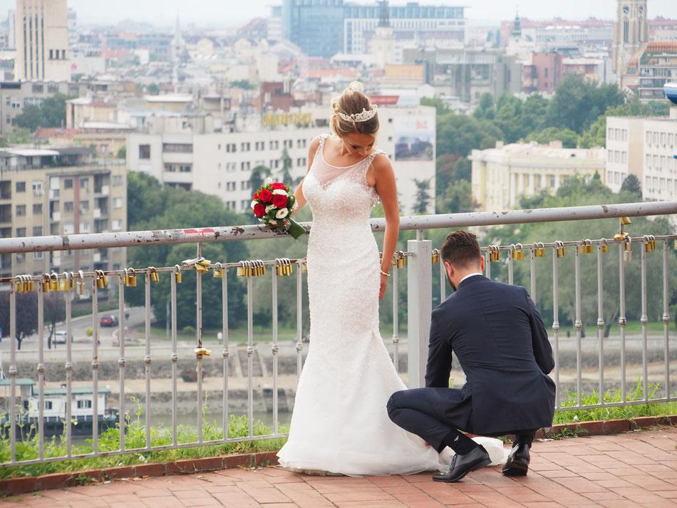 Esküvő  a várban,  a város talán legkevésbé lehangoló helyén. A panoráma viszont egy Csepel Ipartelep romantikáját hozza.