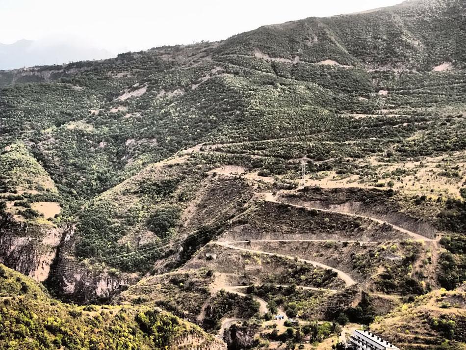Nézzétek csak, hogy megy az út fel a hegyre!