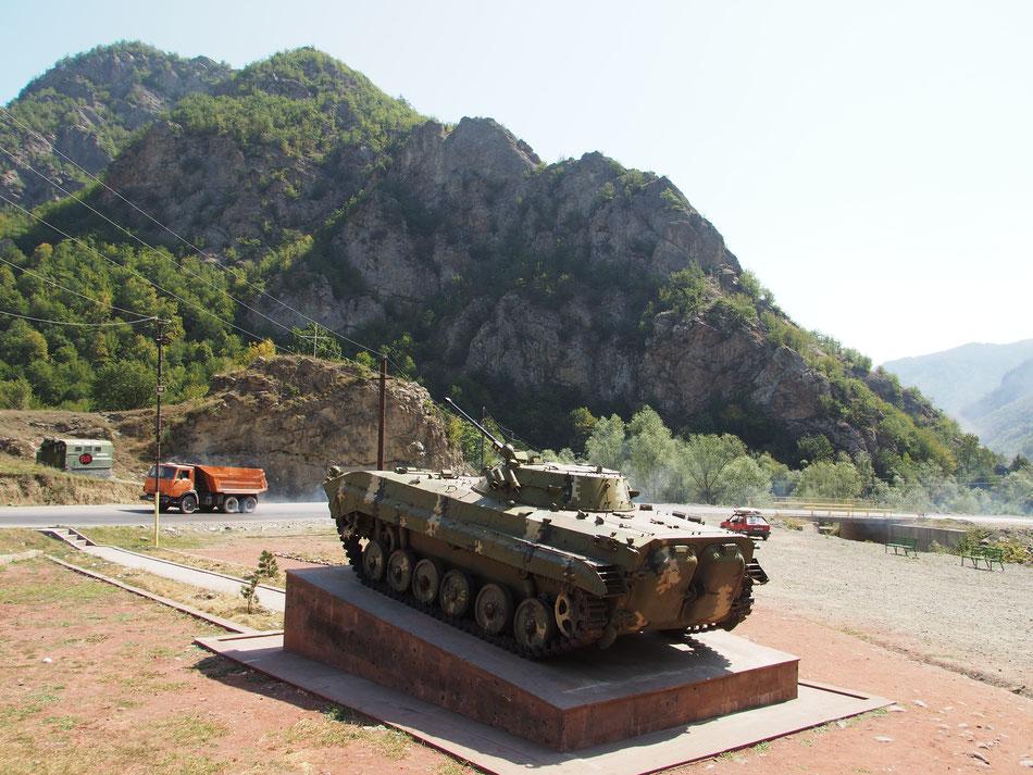Tankokkal mindenfelé találkozik az ember, reméljük ez a példány már megmarad dísznek a jövőben.