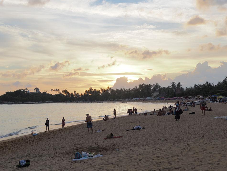Galle - Unawatuna Beach tengerpartja. Naplementekor kezdödik az éjszakai élet a parton.