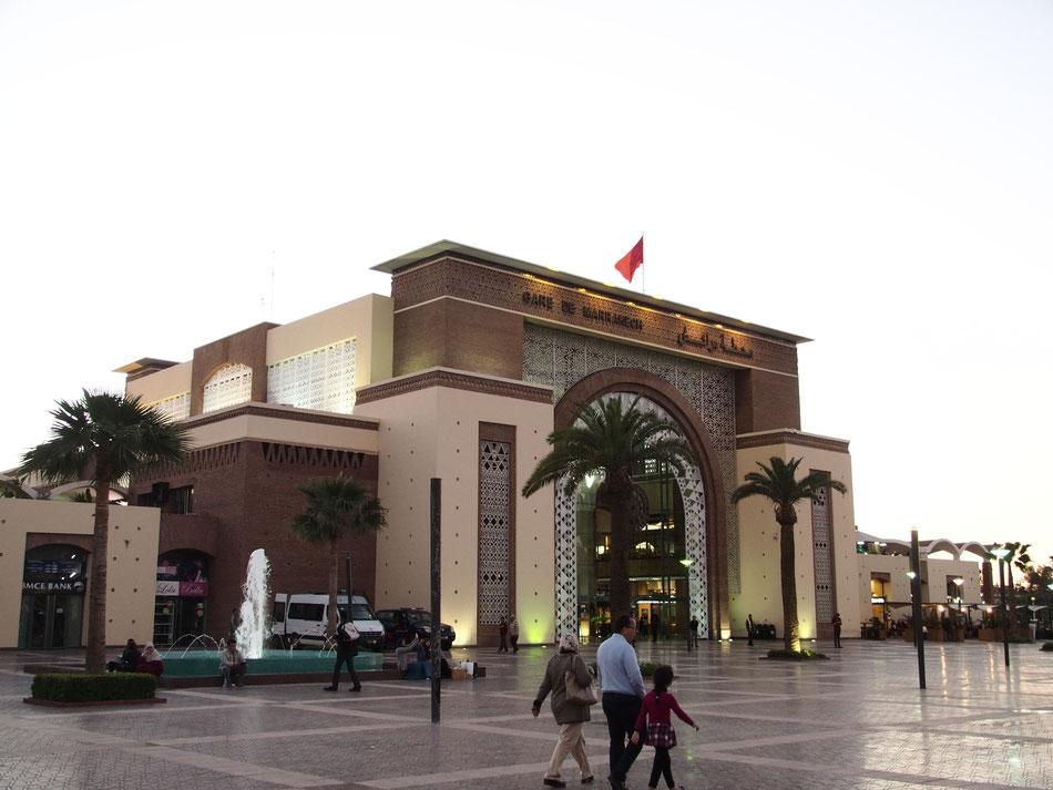 A Marrakesh-i pályaudvar az érkezés estéjén.