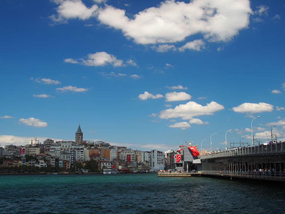 Balra a városban a Galata Torony, jobb oldalt pedig a Galata híd.