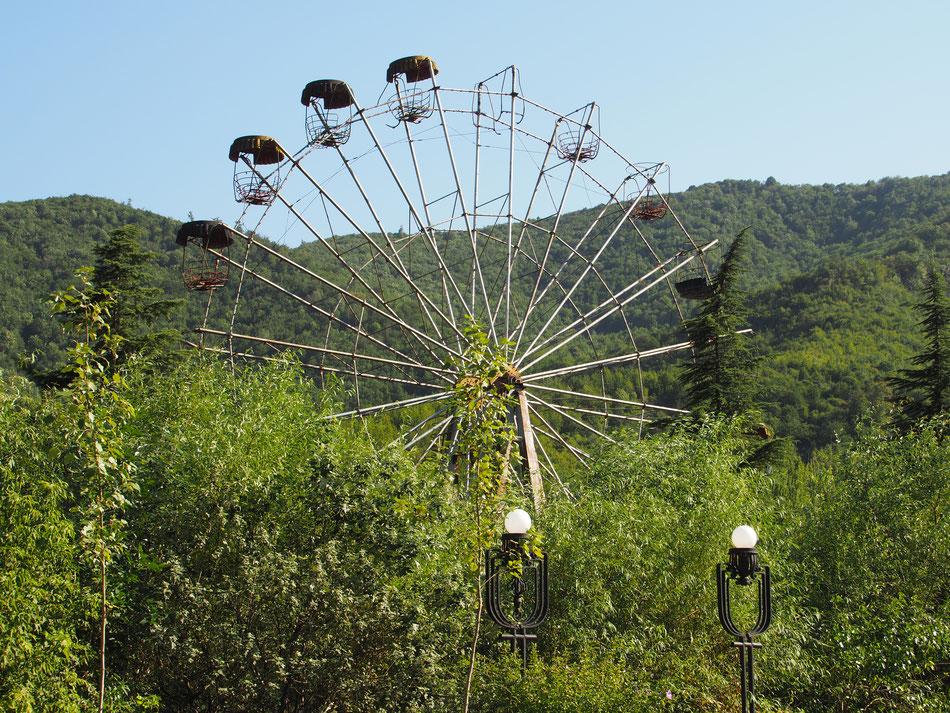 Úton a Sevan tó felé. - Elhagyatott szovjet vidámpark enyészik az örmény erdőkben.
