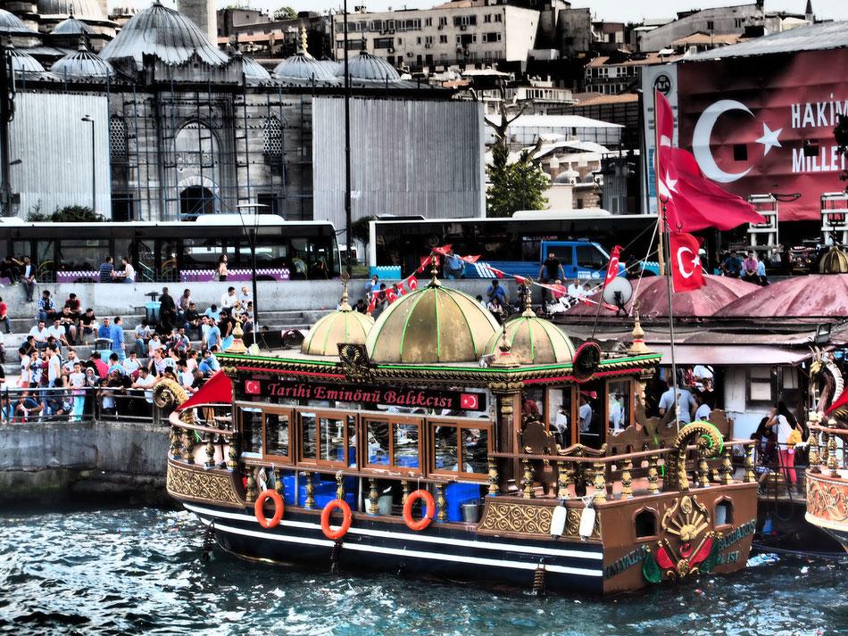 Színes, zajos forgatag Isztambul belvárosában.