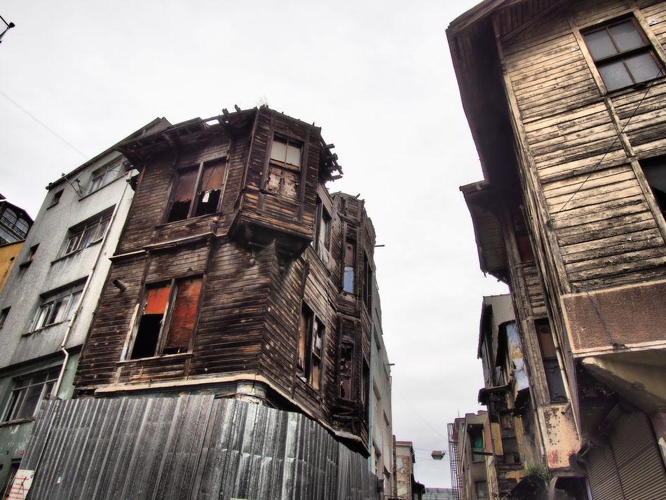 Ezen a környéken szálltam meg. Az ezekhez hasonló lakóházakból több mint 20 ezer dőlt össze és több mint 200 ezer vált lakhatatlanná az 1999 es féldrengésben.
