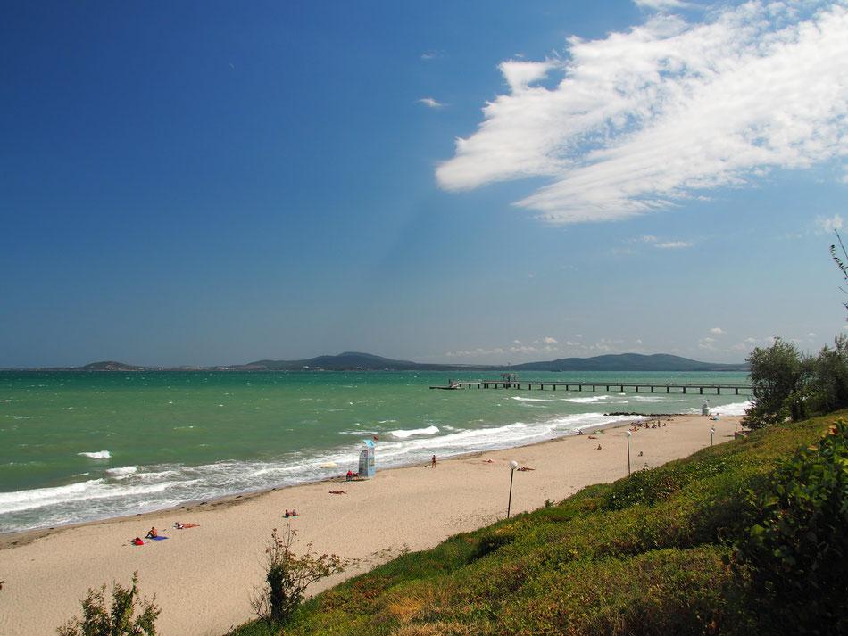 Burgasz tengerpartja. Nagy szél és hullámok, de süt a nap és meleg a víz, nem is kell most ennél több.