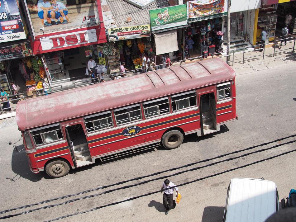 TATA márkájú helyi busz Kurunegala buszpályaudvara elött.
