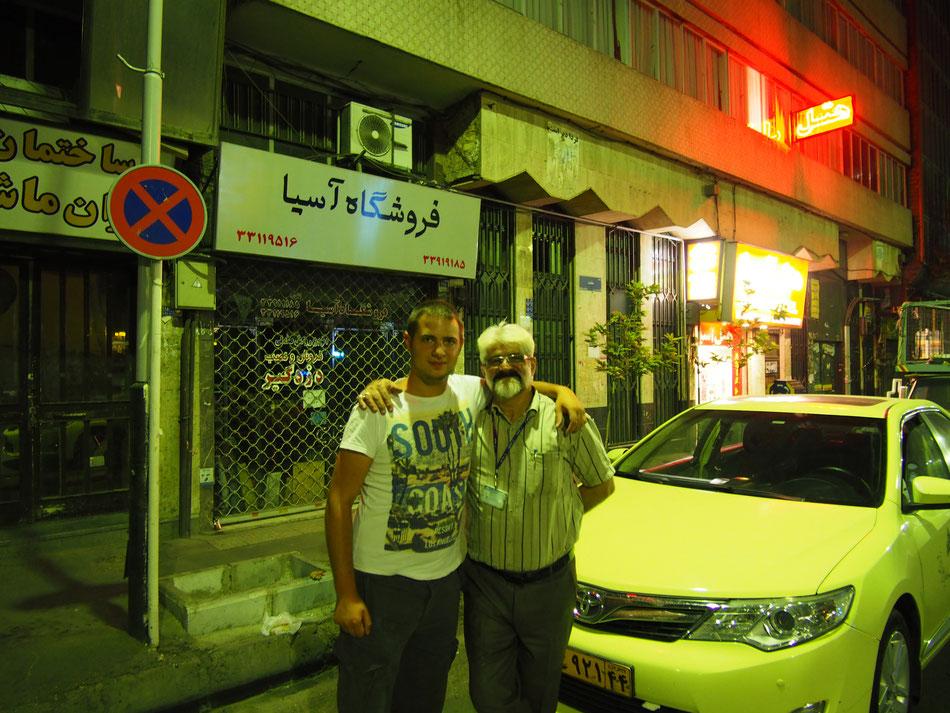 Mostafa barátom a reptérröl, a háttérben pedig a motel. A nevére nem emlékszem de a Mellat metróállomáson van, ha valaki olcsót keres.
