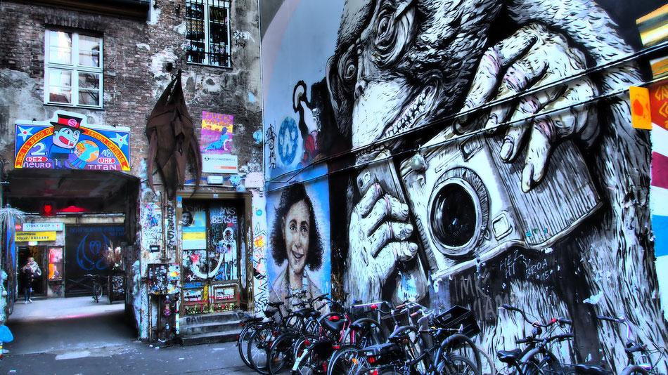 Berlin rengeteg kis sikátora és kapualja viseli az underground street müvészek keze nyomát - imádom :)
