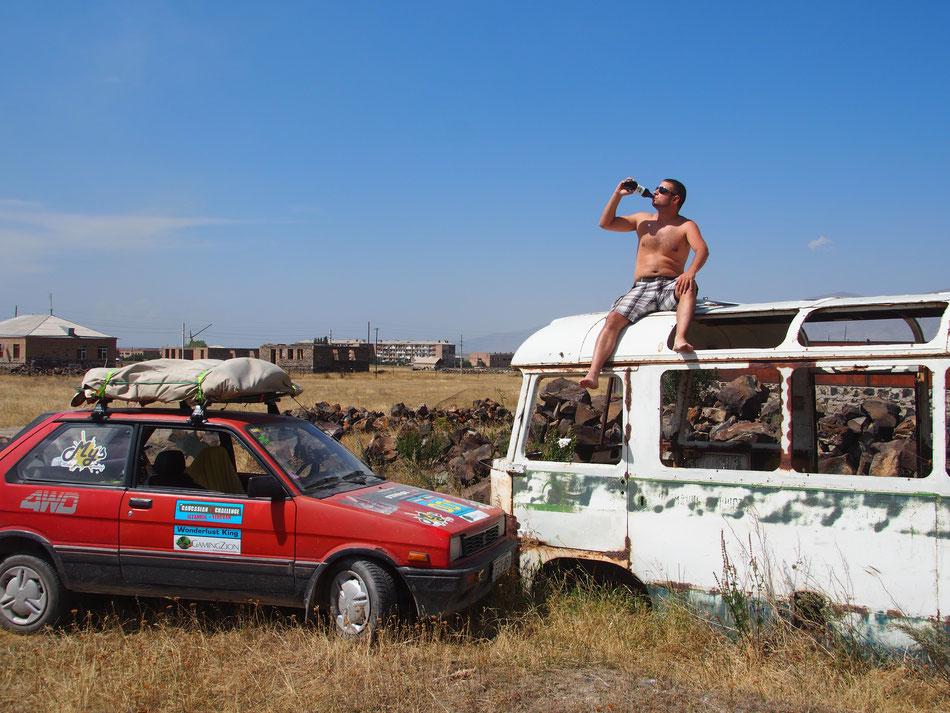 Úton Jerevánba. Az útszélen rengeteg autóroncsot találni.