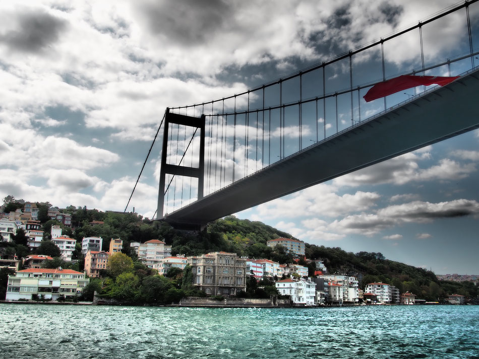 A Boszporusz hid, 64 méter magasan halad az út.