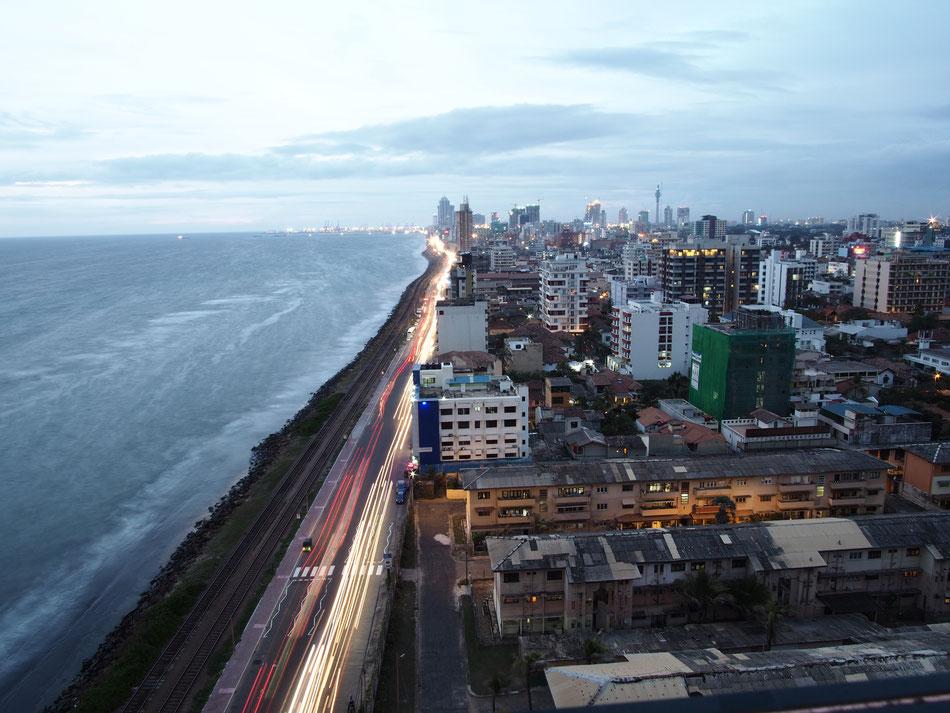Colomboi naplemente az OZO Toronyház tetöteteraszáról.