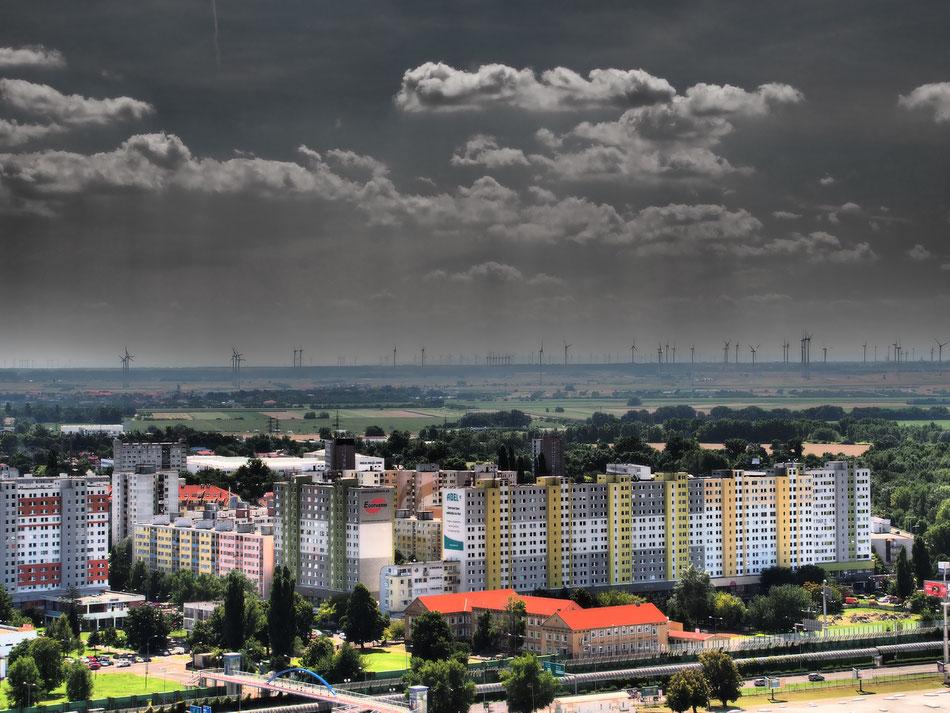Pozsony panelblokkjai mögött Ausztria szélerőművei