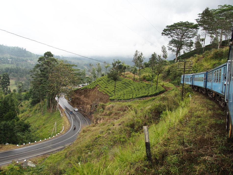 A vonat kellöen lassan halad ahhoz, hogy az ajtóban lógva, vagy a lépcsön ülve élvezhessük a panorámát.