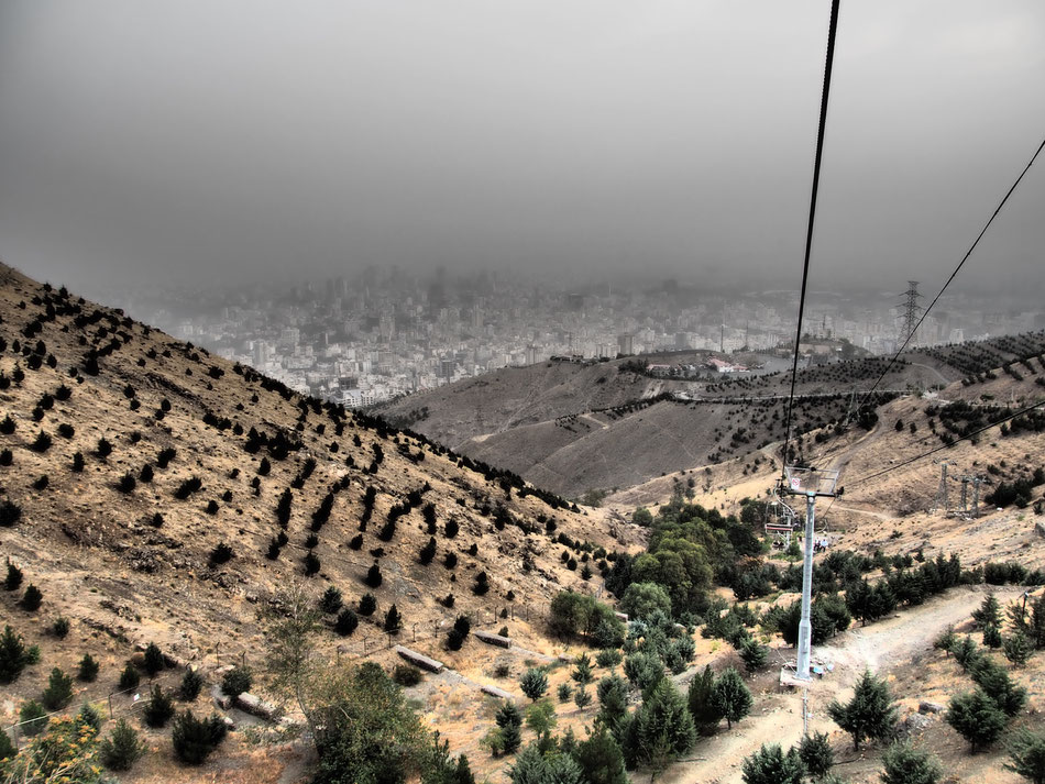 Irán látképe a hegyekröl. Hasonlít Tabrizhoz. A város felett pedig nem köd van, és nem is optikai csalódás, hanem homok, amit folyton visz a szél.