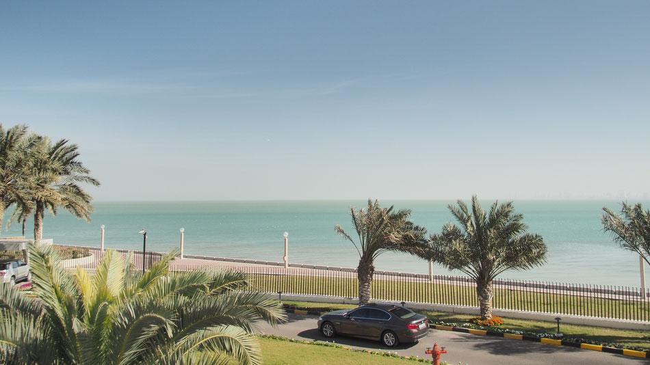 A Perzsa Öböl partján a Kuwait Towers kertjében.