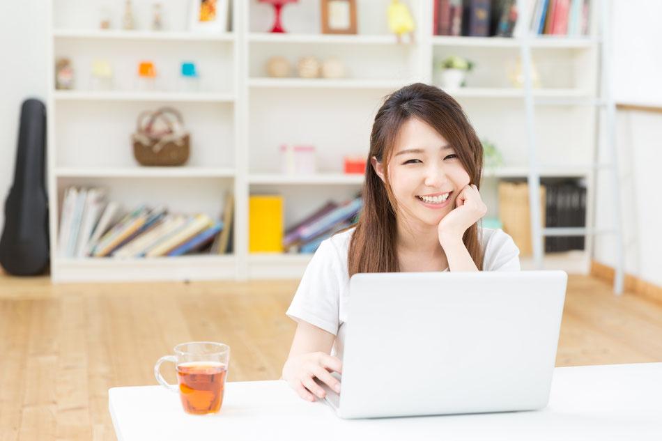 ハワイ クリップインクの会社説明のイメージ:パソコンを持つ女性の画像
