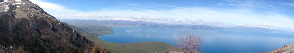 Blick auf den Lake Orhid, auf der gegenüberliegende Seite ist Albanien