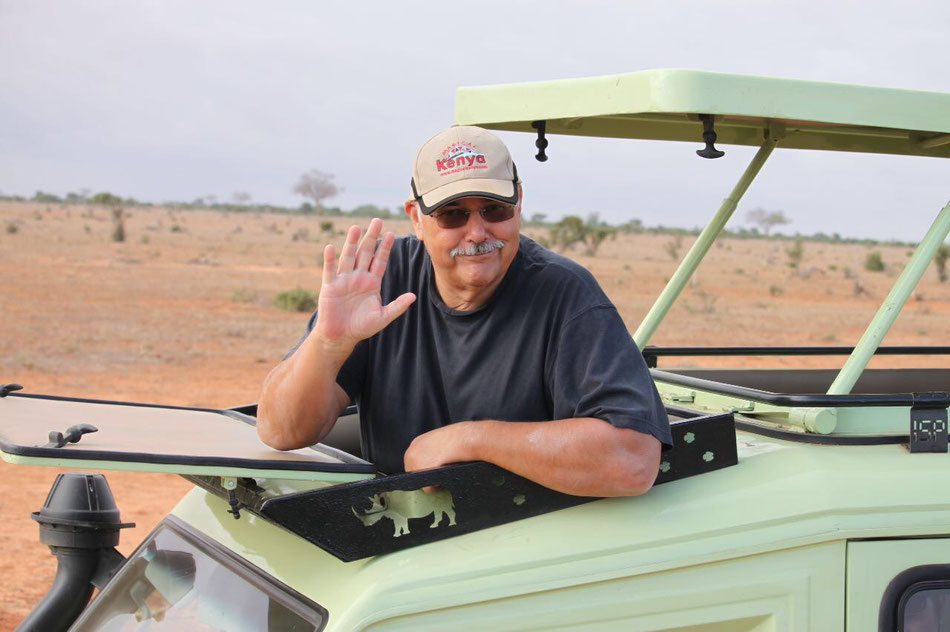 Günther Schneider im offenen Jeep während einer Safari durch Kenia