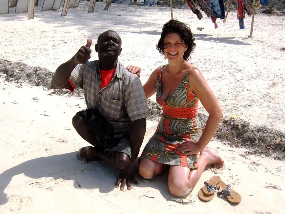 Ina Bärschneider am Strand vom indischen Ozean in der Nähe von Mombasa mit einem Einheimischen