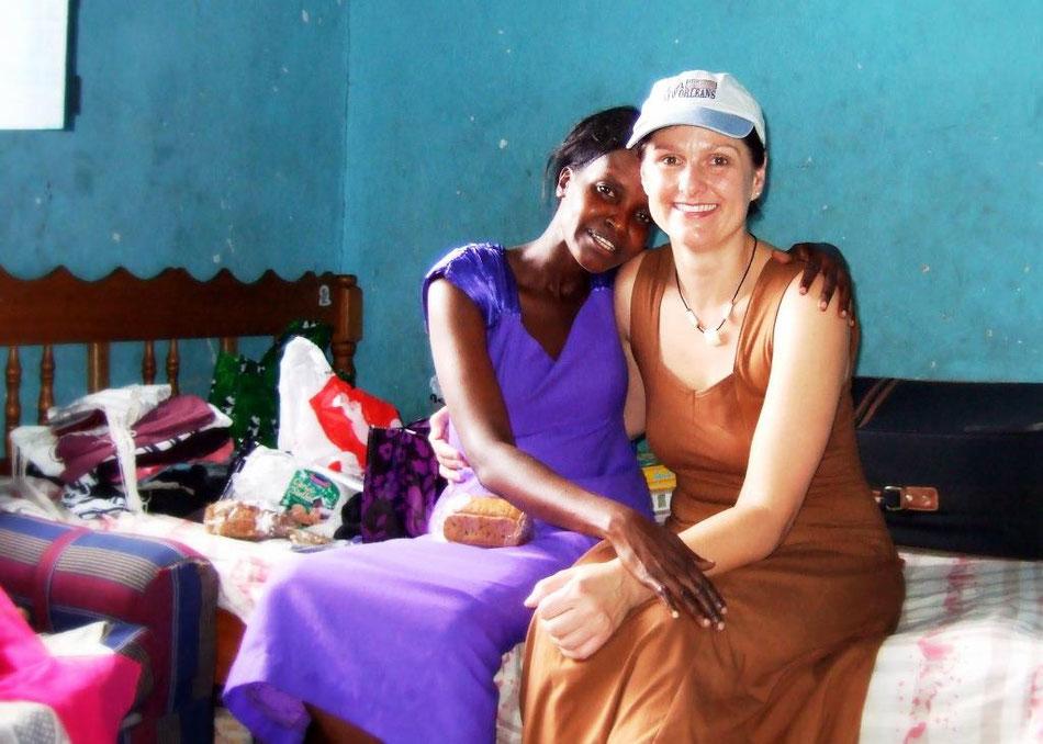 Ina Bärschneider zusammen mit ihrer kenianischen Freundin Regina in ihrem Zimmer in Mombasa