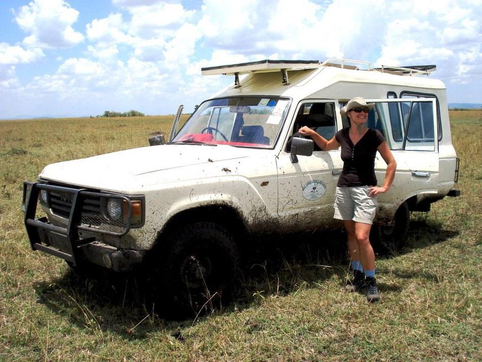 Ina Bärschneider während einer Safari durch Kenia in der Savanne am Jeep