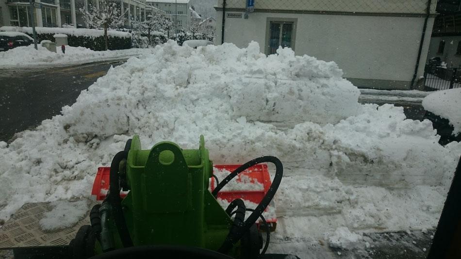 Schneepflug an Radlader wendig