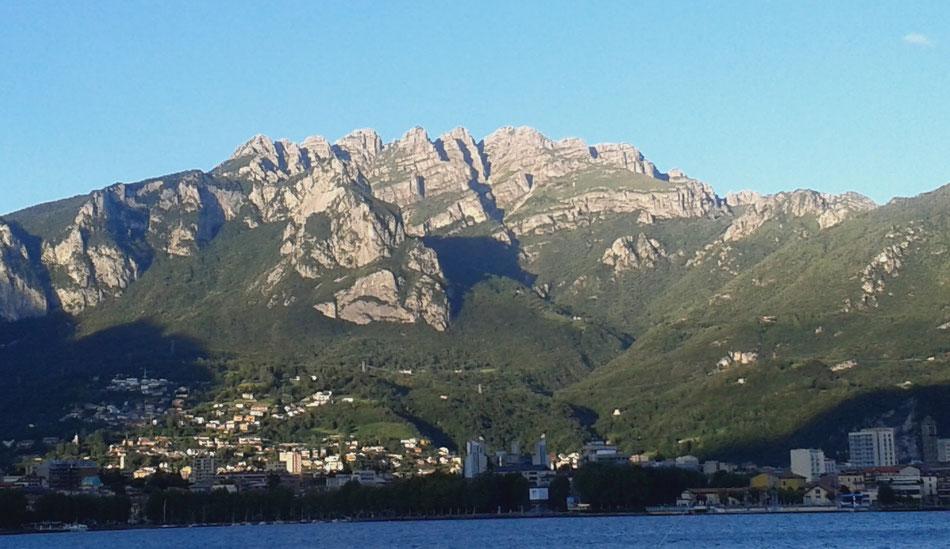 Il Monte Resegone che domina la città e il lago - vista dal lungo lago di Malgrate