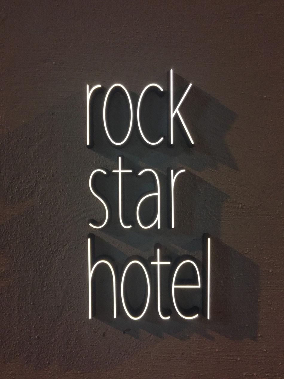 rockstar hotel 看板