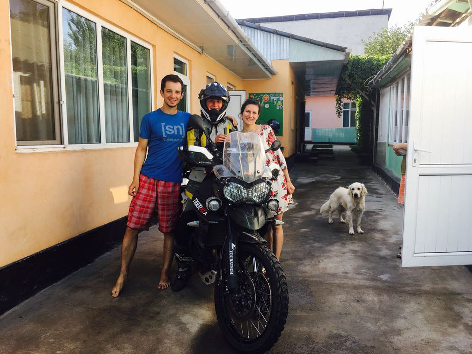 Wir verabschieden Lea aus unserem Guest House in Osch, Kirgisistan und sind traurig, dass sie fährt!