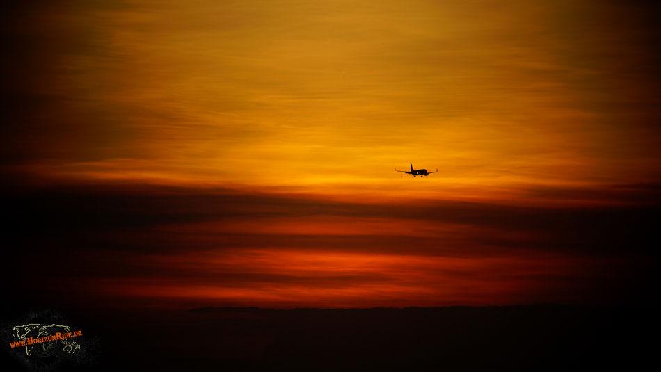 Mit dem Flugzeug nach Bali. Dieses Gefühl kennen nicht nur wir, sondern ganze Heerscharen von Touristen...