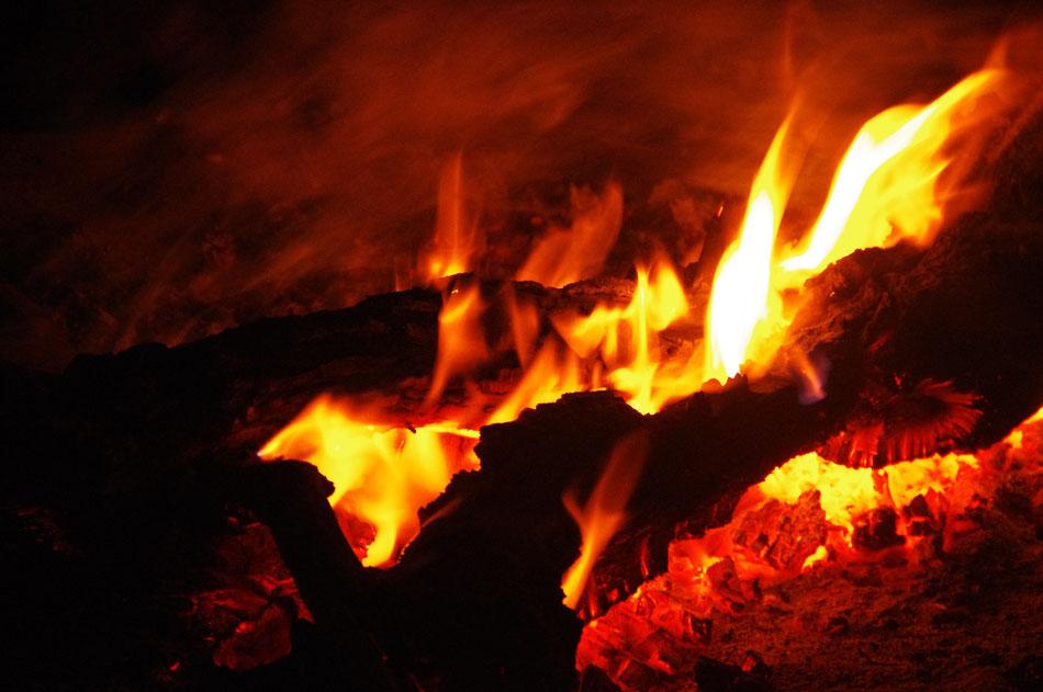 Nahaufnahme Feuer in der Wüste
