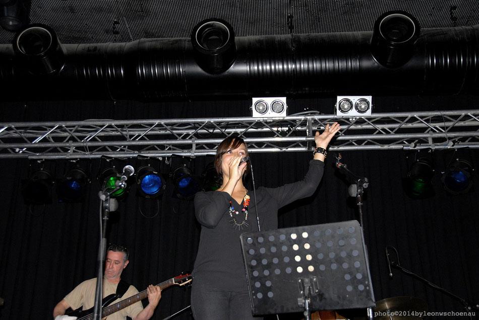 Die Sängerin Claudia Álamo (El Hierro), im Hintergrund Juan Luis Castaño (Venezuela) am Schlagzeug