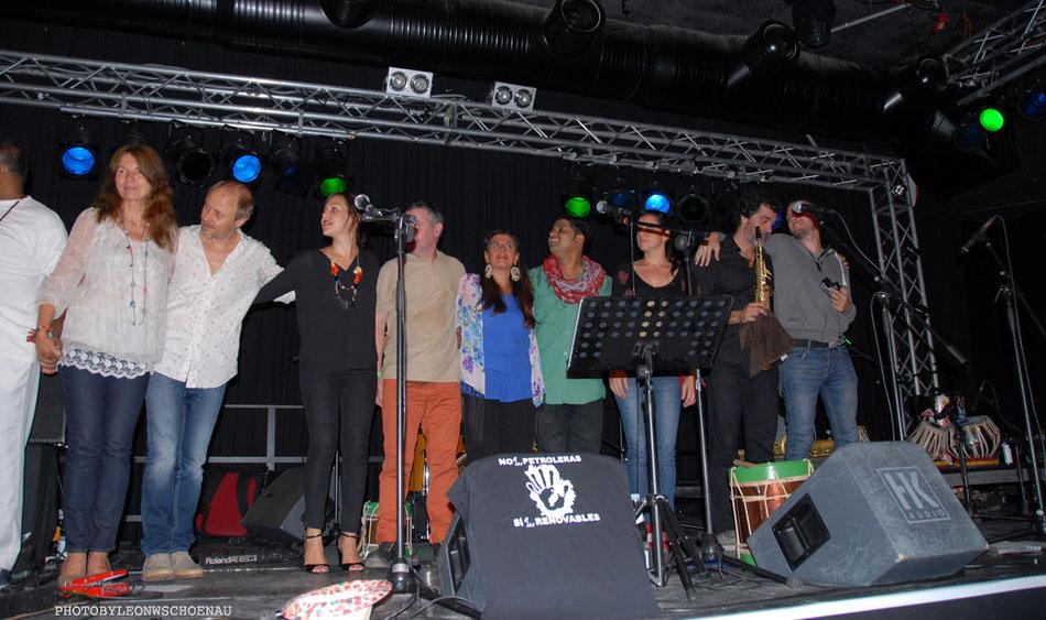 Bimbache-OpenArt-Musiker und Crew auf der Bühne beim Schlussapplaus. Nicht alle passten auf´s Bild ;-) ...