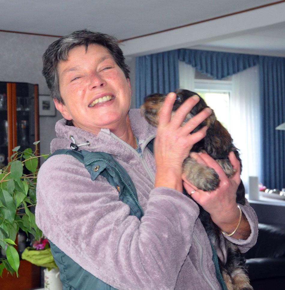 Donna Ruby begrüßt ihr neues Frauchen mit großer Freude