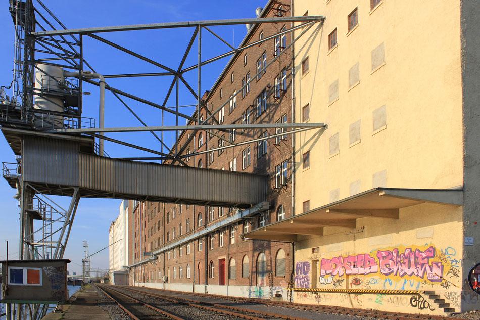 Deutzer Hafen mit Schienen und das Ensemble der Ellmühle. ©Eva Rusch