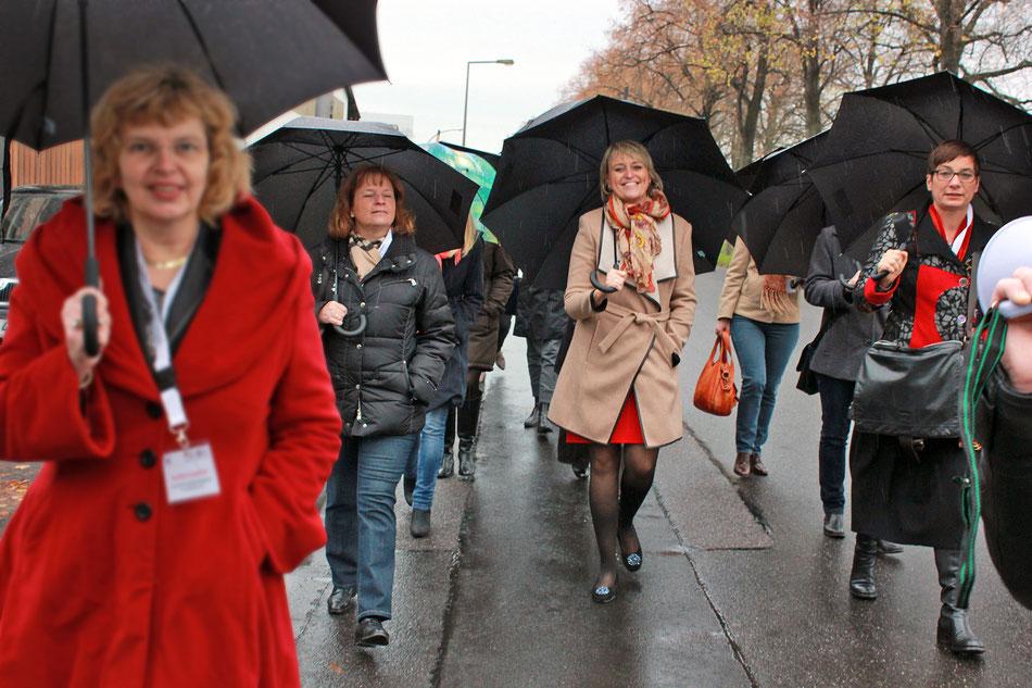 Rundgang der Frauen in der Immobilienwirtschaft e. V. um den Deutzer Hafen inklusive Büro•Campus•Deutz. In der Mitte: Christine Hager, Vorstandsvorsitzende der Frauen in der Immobilienwirtschaft e. V.