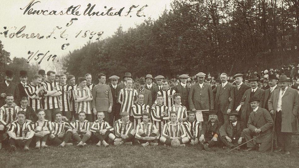 Mannschaftsfoto vom Spiel VfL Köln 1899 gegen den FC Newcastle United.