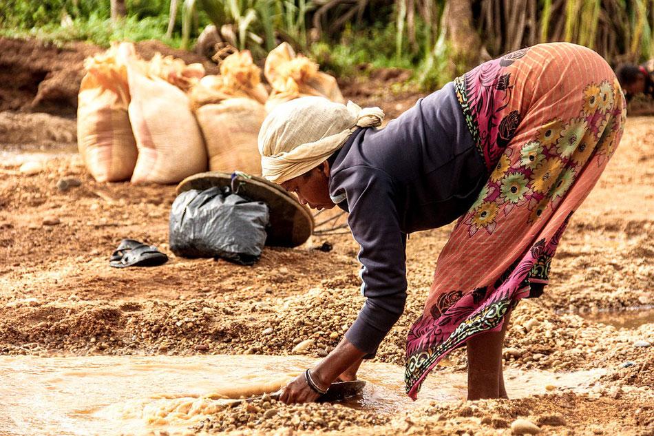 Frau dreckiges Wasser Afrika