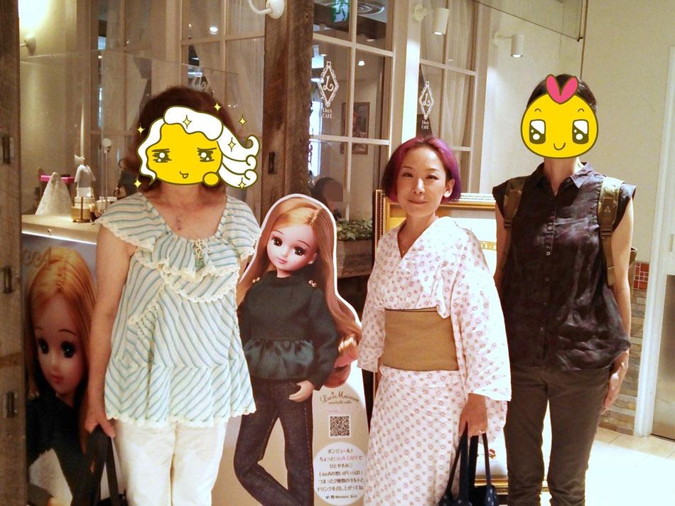 """リカちゃんカフェ""""LiccA"""" 店頭にて、左:たまき姉さん、右:じゅんちゃん、中央は木綿浴衣に麻半幅帯のふだん着女将"""
