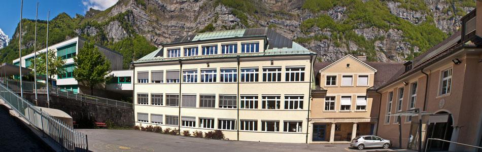 vo. li. das neue Primarschulhaus, das ehem. Sekundarschulhaus, das alte Schulhaus (Sportschule)